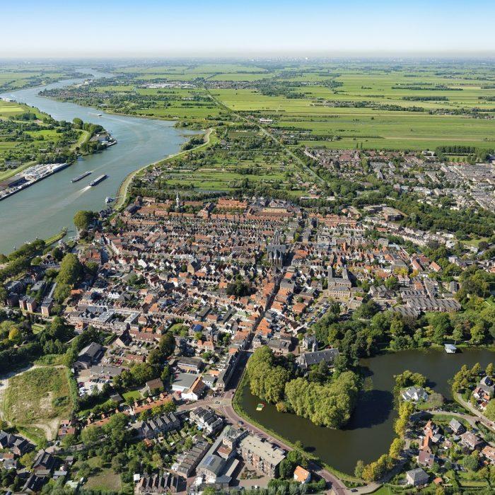 Schoonhoven is in begin 13e eeuw ontstaan langs de rivier de Zevender, de Lange Weistraat markeert nu nog de loop van dit veenriviertje ©  21 sept  2019 Aerophoto-Schiphol Luchtfotografie